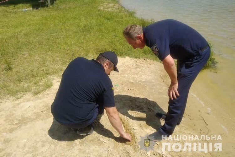 Працівники поліції обстежують знахідку.