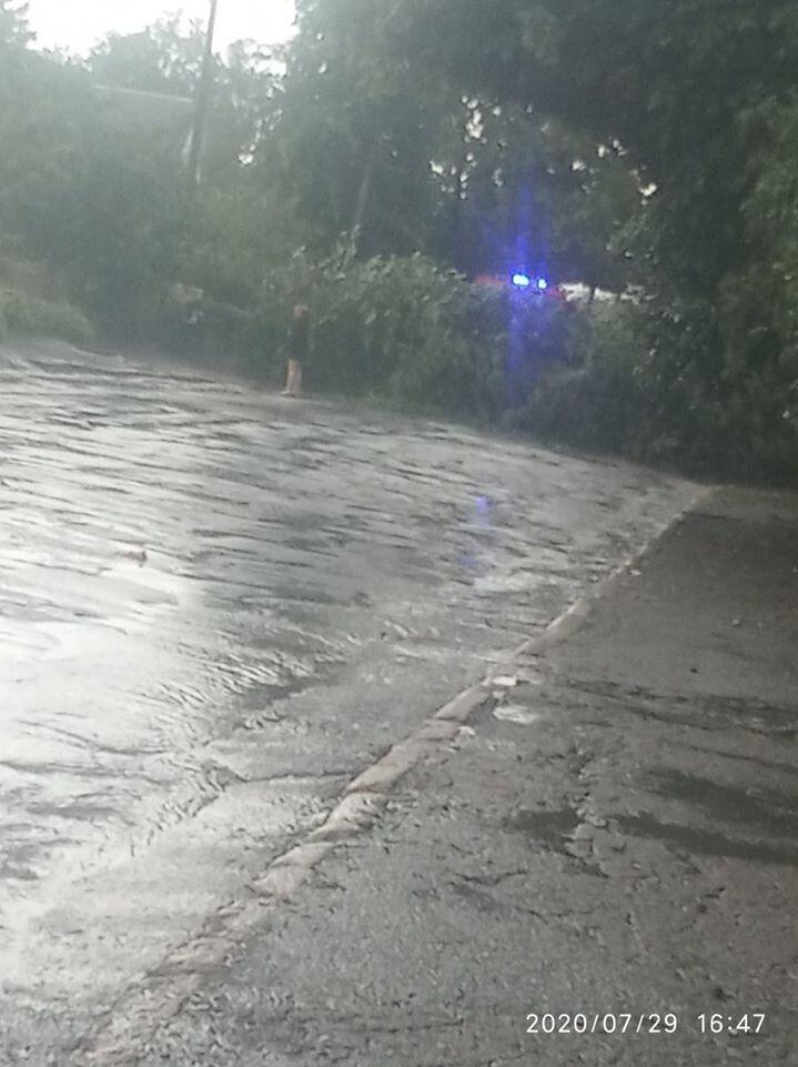 Дощоприймачі не встигали приймати воду.
