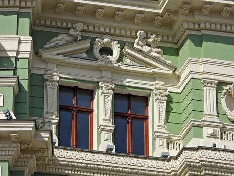 Будівлю, на фасаді якої встановлено скульптуру зі зруйнованим обличчям, у міськраді називають однією з найкрасивіших архітектурних пам'яток.