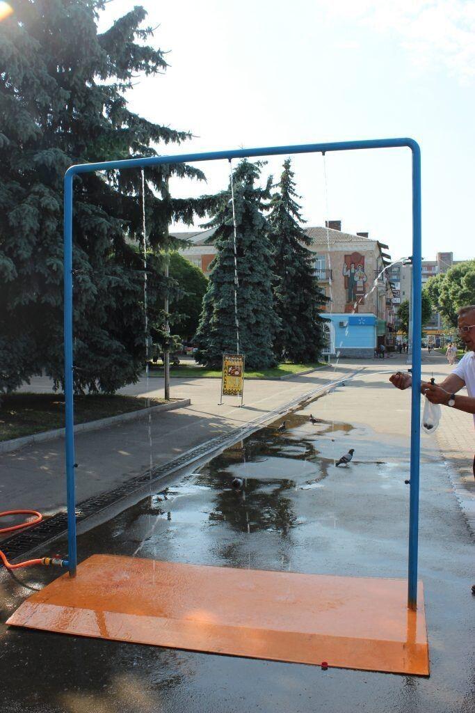 Не встигли запустити, як знайшлися «сміливці», котрі викрали форсунки, що розпилюють водний потік. Фото Нововолинськ.com.ua.