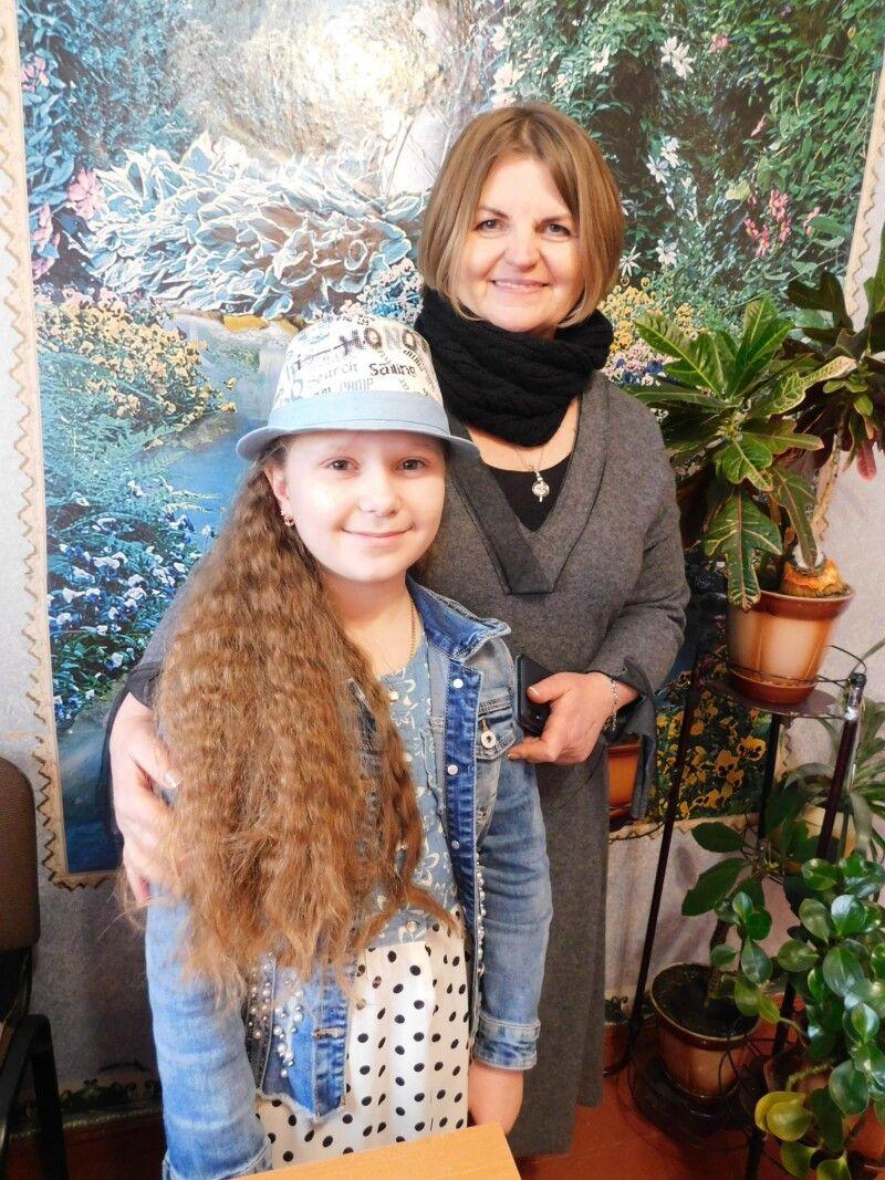 Переможниця в середній  (11 – 14 років) групі Олександра Романюк зі своєю наставницею Людмилою Гетьманчук. Фото Лесі ВЛАШИНЕЦЬ.