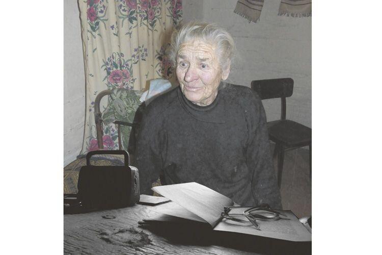 Баба Юля рятується від самоти читанням.