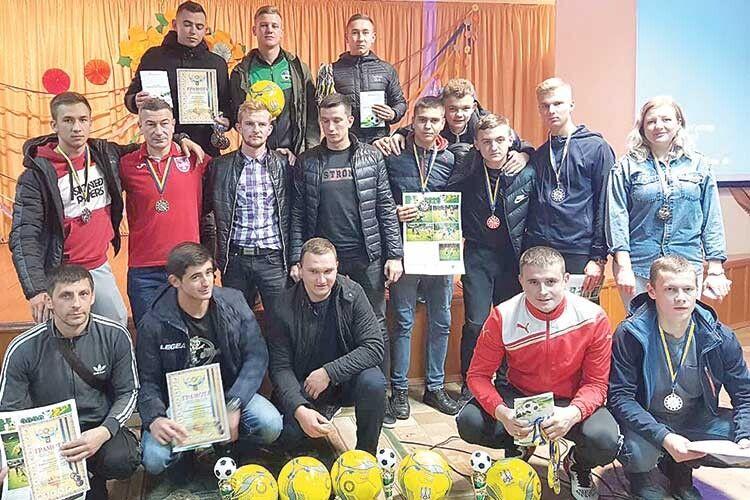 Лауреати нинішнього футбольного сезону в районі матимуть що почерпнути  для себе з книги Ореста Яворського (ліворуч) «Історія ківерцівського футболу».