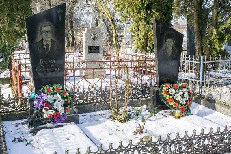 На сільському цвинтарі поряд дві могили.