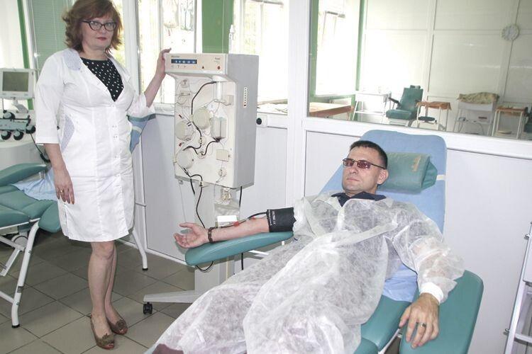 В. о. медичного директора Волинського обласного центру служби крові Надія Воробей нещодавно привітала заслуженого донора із 600-ю процедурою здачі плазми.