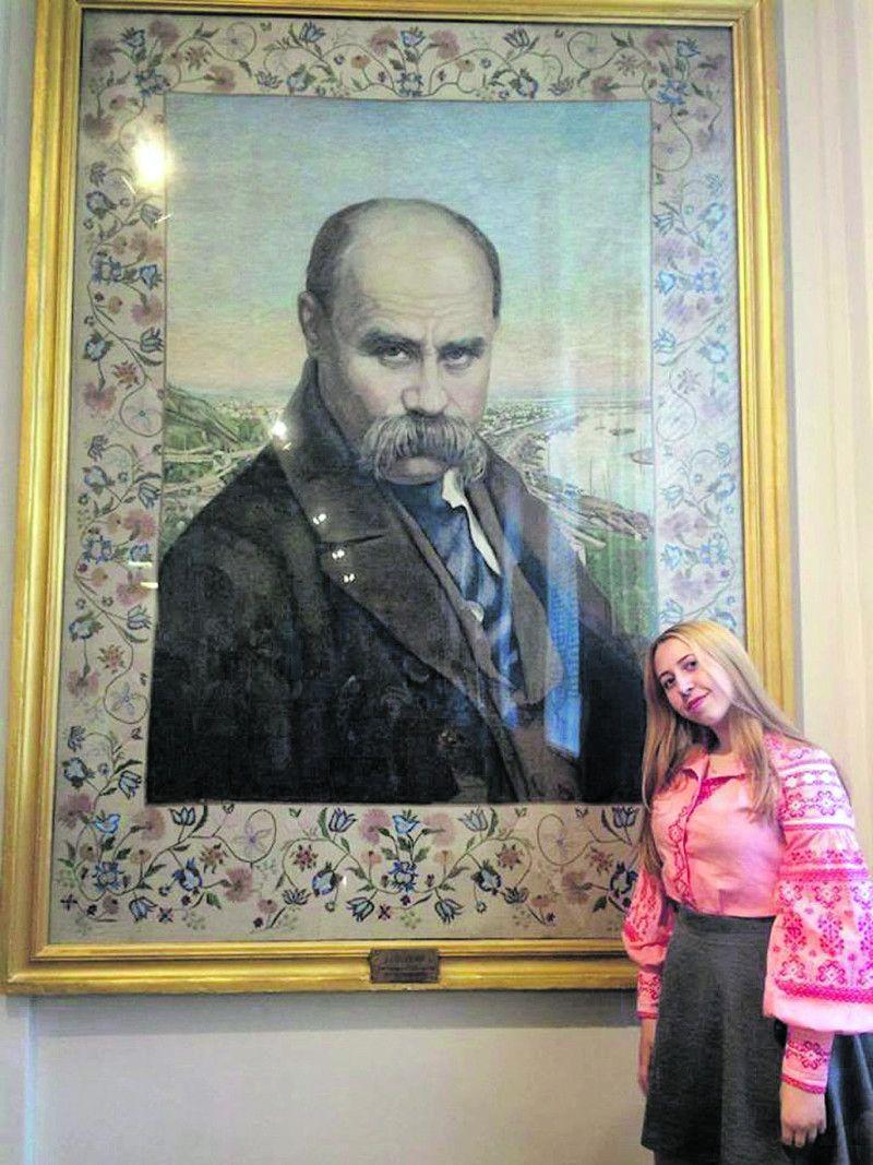 Вікторія Пивовар біля портрета українського генія.