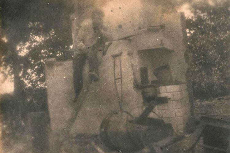 Сусід зафіксував, як Петро Звірук сидить на печі своєї зруйнованої хати.