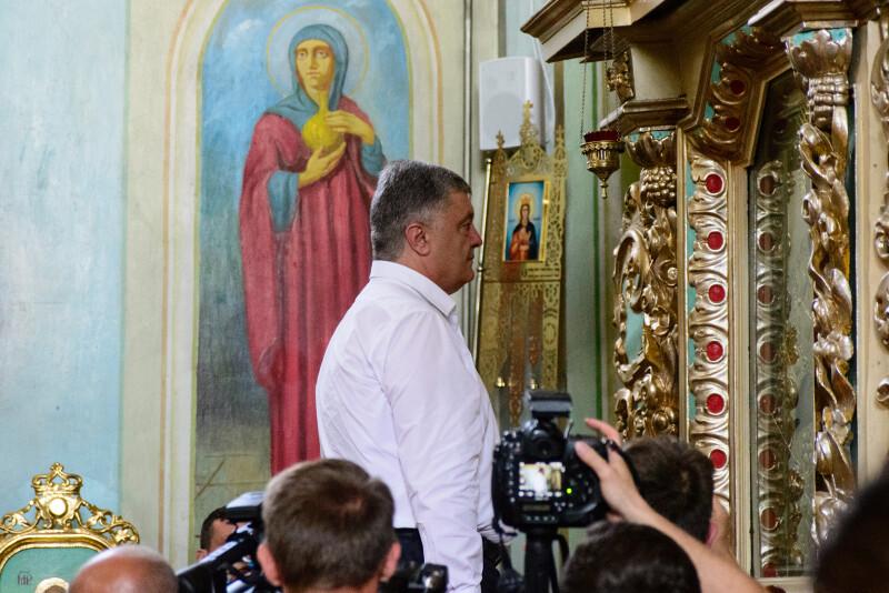 У храмі Петро Порошенко помолився і поцілував ікону.