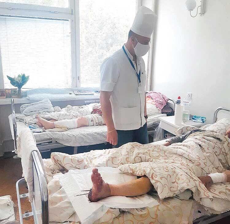 «Кінцівка після реплантації «жива», тепла, значить, усе буде гаразд», — задоволений завідувач відділення, досвідчений хірург і комбустіолог Роман Трач.