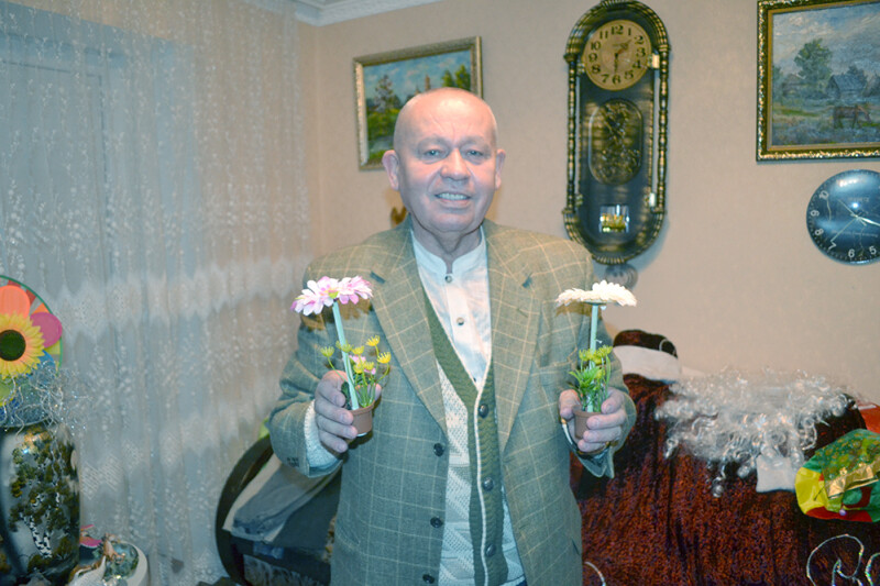 Якщо ви не здогадалися, то в руках Федора Микитовича — теж ручки  у виглядів вазонів.