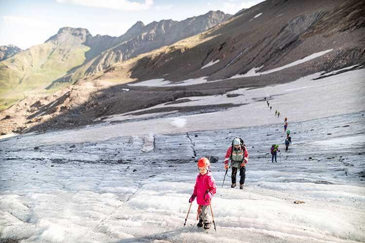 Похід у високі гори не всі дорослі витримують.