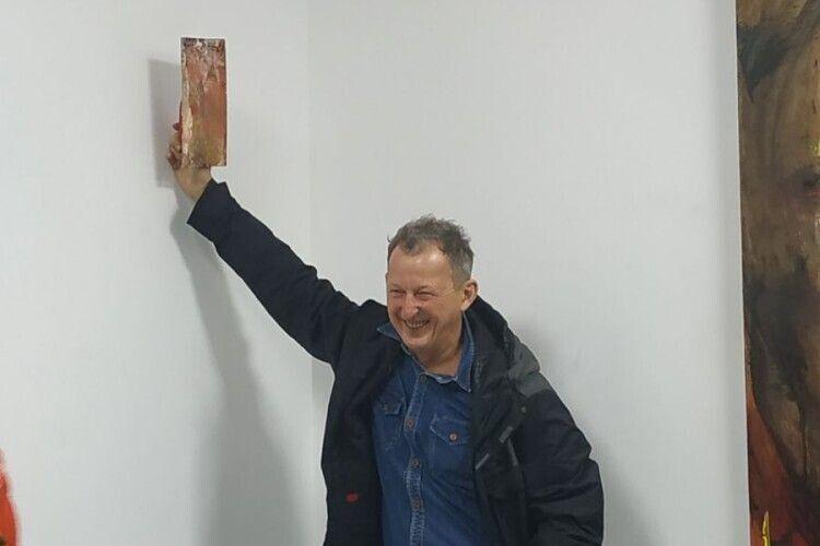 Едуард Бельський зі своїм шпателем, який продали за 850 гривень. Фото Сергія НАУМУКА.