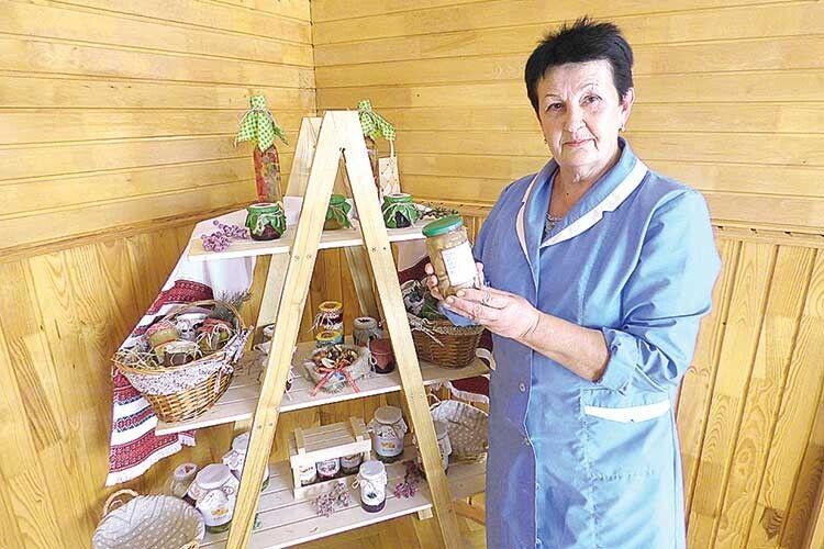 Вусі часи попит мала продукція консервного цеху, начальник якого з1970року Валентина Романюк.