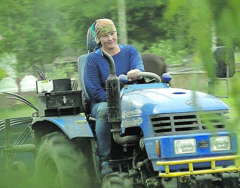Волинянка переконана, що трактор водити може кожен, головне, щоб бажання було.