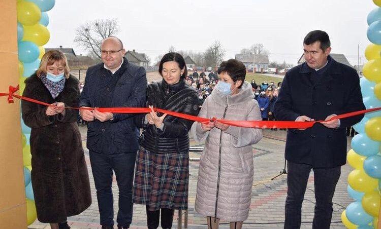 Урочистий момент під час відкриття новозбудованого навчального закладу – перерізання  традиційної стрічки.