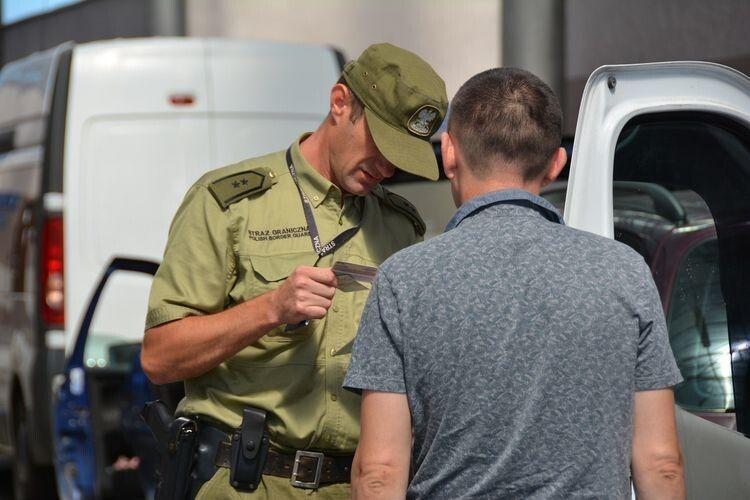 Співробітники Надбужанського відділення Прикордонної охорони Польщі під час контролю виявили з початку року понад 460 фальшувань різних документів.