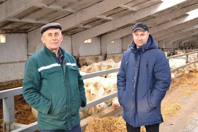 Валентин Бебес (праворуч) та Василь Левчук шкодують пускати під ніж племінну худобу.