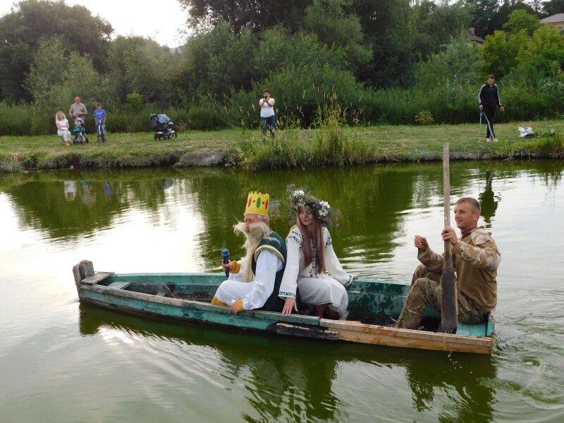 Русалка й Нептун стали цього річ чудовим сюрпризом на дійстві. Фото Лесі ВЛАШИНЕЦЬ.