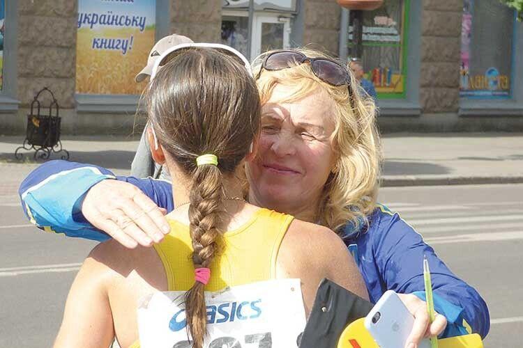 Валентина Борисюк вітає зперемогою свою підопічну Марію Філюк.