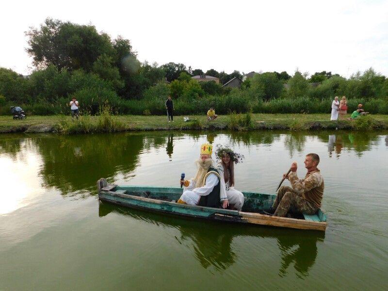На свято пливуть Водяник і Русалка. Фото Лесі ВЛАШИНЕЦЬ.