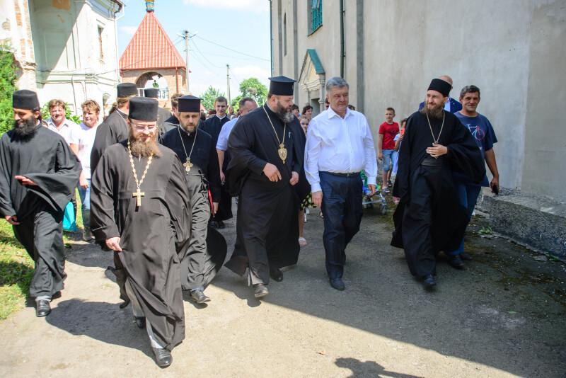 У Жидичині експрезидента зустрічали віряни та духовенство ПЦУ.