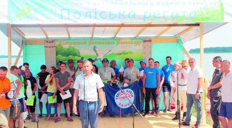 Переможців змагань нагороджує директор НП парку «Прип'ять-Стохід»  Олександр Сащук.