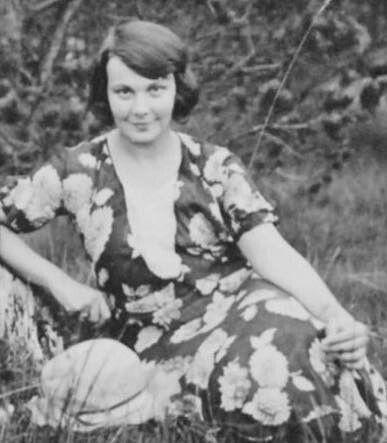 """У тюремній камері залишила вона свій останній автограф: угорі намалювала тризуб і написала: """"Тут сиділа і звідси йде на розстріл Олена Теліга""""."""