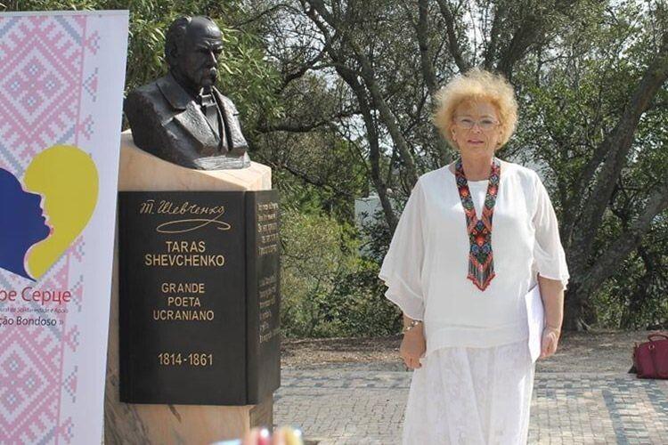 Поетеса біля пам'ятника Кобзарю у Лісабоні в день вшанування українських захисників.