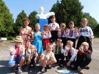 Юні учасники конкурсу на асфальті.
