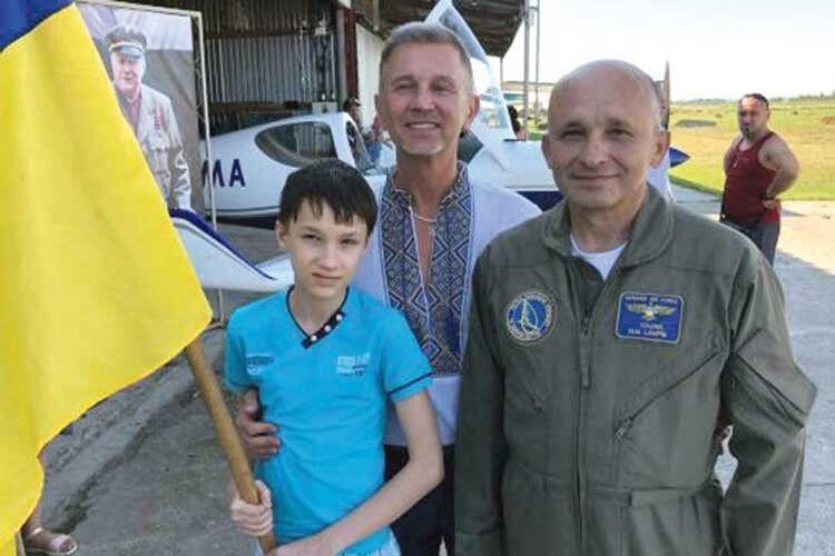 Син українського льотчика-випробувача Михайла Лампіка (праворуч) мріє про експедицію на Марс.