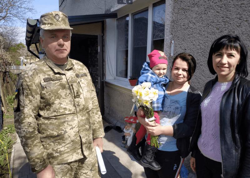 Наталія Вільчинська  тримає на руках донечку Валерію, яку татусь Микола лише раз побачив після її народження. Фото Миколи Ільюка.
