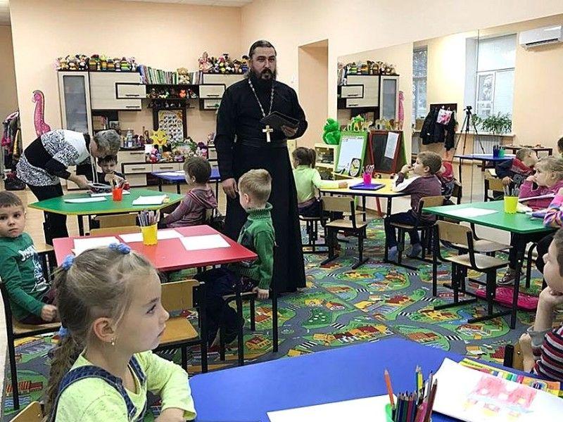 На заняттях священик розповідає діткам про Бога та Україну.