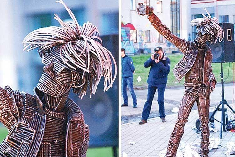 А такий пам'ятник генієві-землякові авторства Михайла Колодка поставили в Ужгороді.