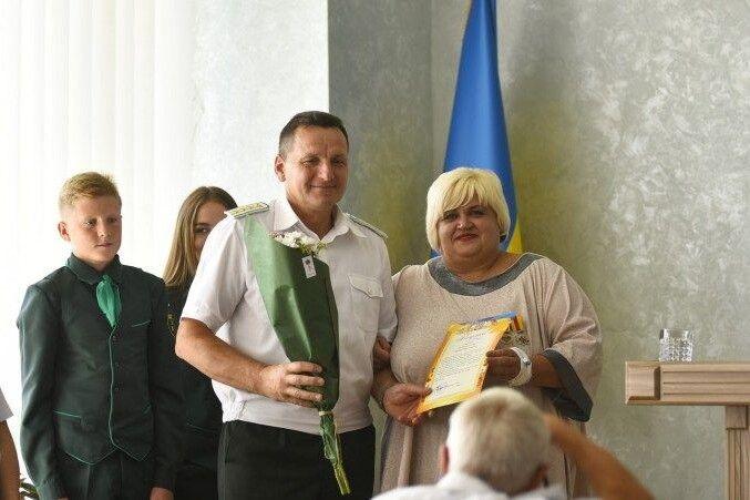 Керівник благодійного фонду «Україна – це ми», волонтеркаЖанна Бороздіна передала лісівникам нагороди від військових.