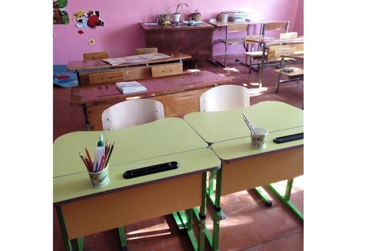 Дві парти для двох учнів нової української школи.