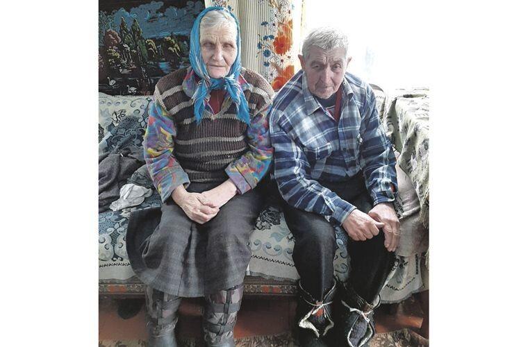 Ольгу і Петра Шматів, які вже в літах, виручають діти.
