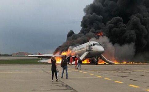 Не врятувались пасажири, що перебували у хвостовій частині літака, яка повністю згоріла.