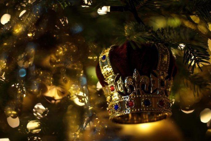 А новорічне дерево прикрашає така корона.