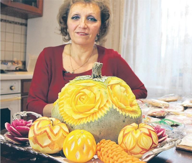 На звичайній кухні завдяки таланту пані Ольги народжуються фруктові та тістечкові шедеври.