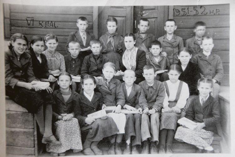 «Так ось я, у першому ряду друга зліва», – показує Лариса Іванівна фото,  де їхній шостий клас стоїть на порозі старенької школи.