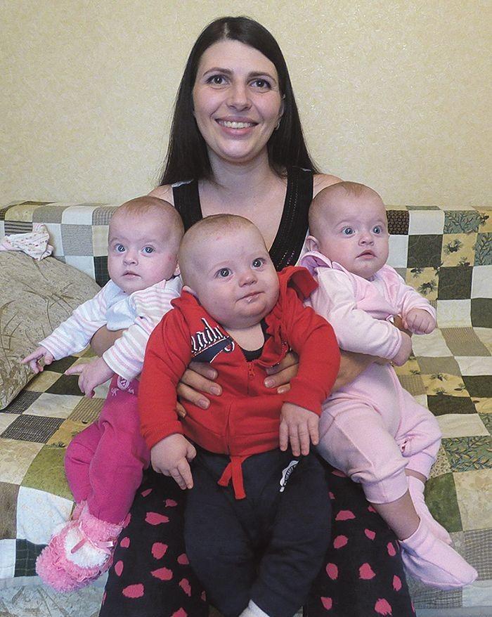 Малюкам уже 6 місяців – мамі є що тримати.