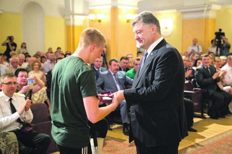 Боєць має дві державні відзнаки, які вручав особисто Президент України Петро Порошенко.
