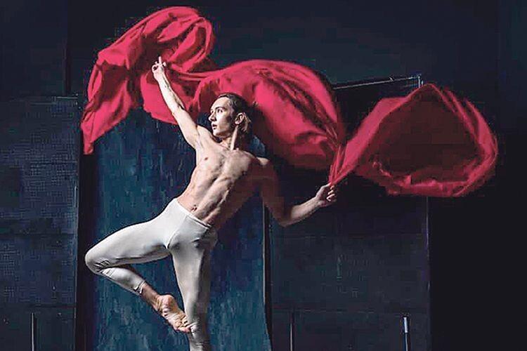 Одного разу йому сказали, що для танцю він надто дорослий. Однак знайшовся педагог,  який допоміг роздмухати «божу іскру».