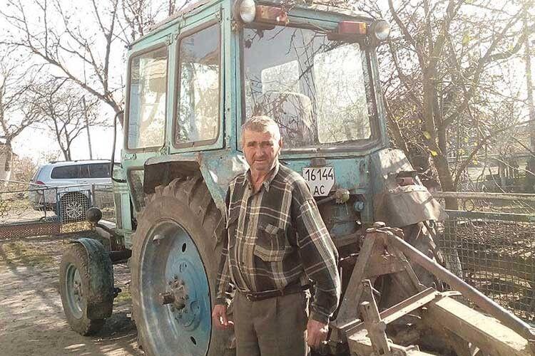 Аркадій Тимофійович без трактора — нікуди:  з ним і в поле, і в село.