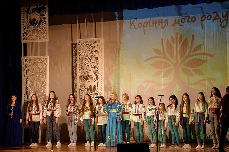 Учениці студії «Зернятко» під умілим наставництвом славнозвісної волинянки теж навчаються зміцнювати коріння українського роду.