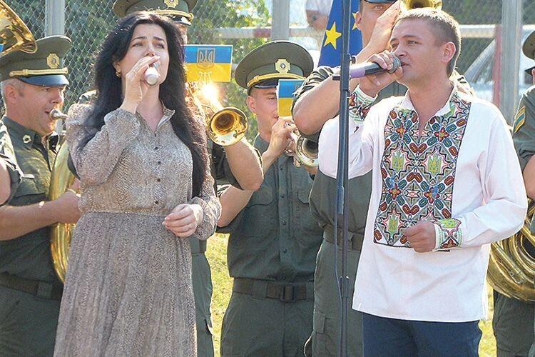 Проникливо звучала пісня «Герої не вмирають» у виконанні заслуженого артиста України, учасника АТО Адама Горбатюка та Надії Козій.