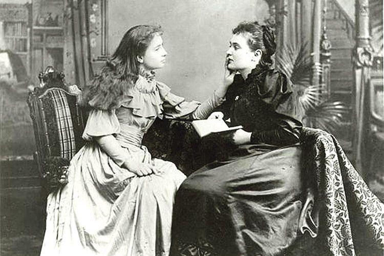 Хелен вчилася, читаючи пальцями вібрацію губ  при мовленні або написане на її долоні.