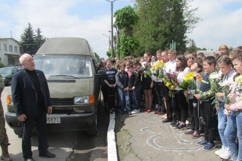Перед учнями та педагогами виступив волонтер Валерій Курстак.                                                             Фото Алли ЛІСОВОЇ.