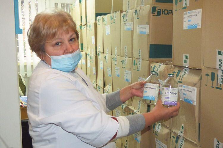 Стелажі з коробками ліків є у всіх відділеннях. «Таких запасів зроду не було», — каже старша медсестра Людмила Дейна.
