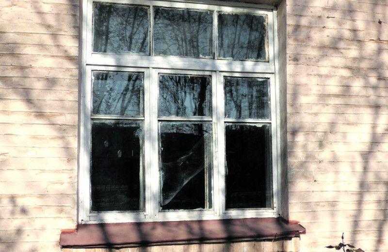 А от вікно у світ у прямому сенсі дуже несучасне – і холодне, і діряве.